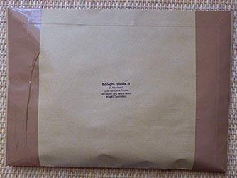 Emballage d'une paire de chaussettes à doigts en lettre suivie
