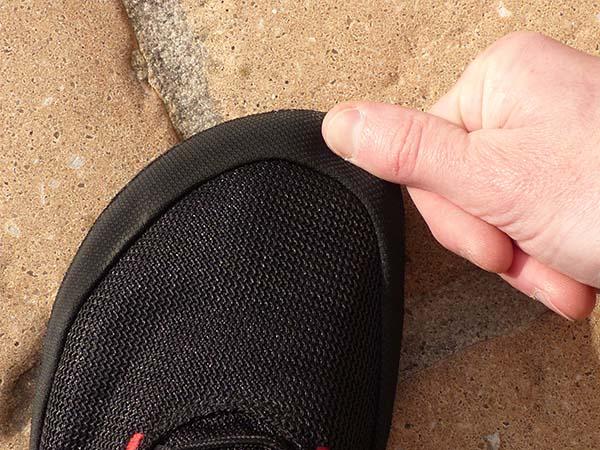L'espace supplémentaire se trouve devant les orteils pour les chaussures standards